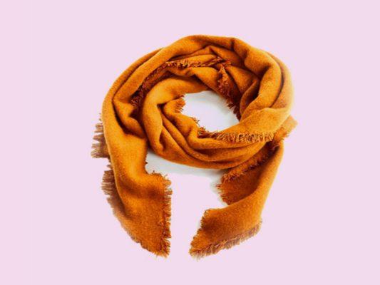 شال و روسری خردلی پیشنهاد عالی برای پاییز با تخفیف ۴۰٪